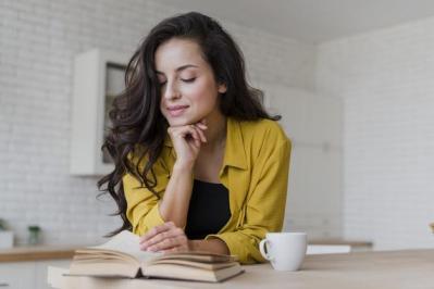 Coup moyen femme heureuse lisant dans cuisine 23 2148294124