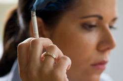 Femme pilule cigarette