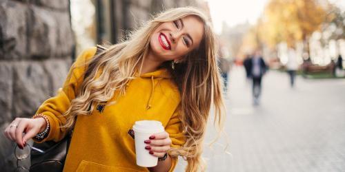 Femme souriante cafe