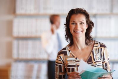 Femme souriante tenant documentsmedium mod