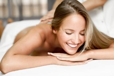 Jeune femme blonde ayant massage souriant dans spa 1139 1139
