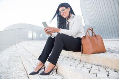 Jeune femme d 39 affaires positive utilisant un gadget pour travailler 1262 6184